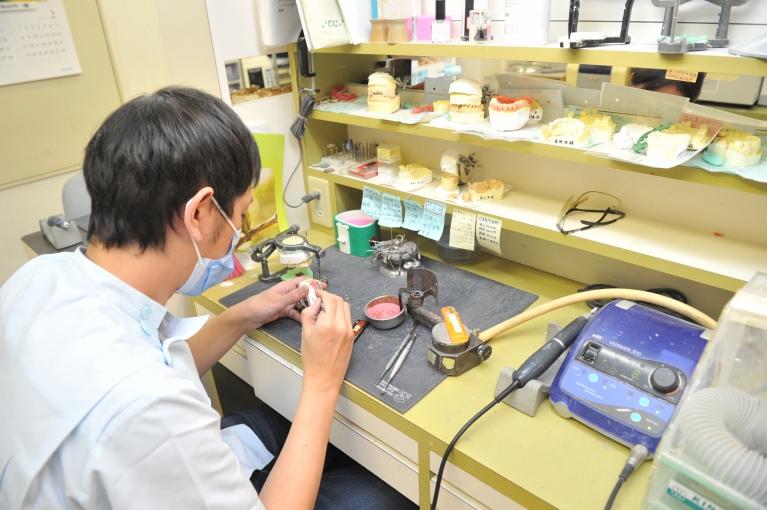 院内に技工所(詰め物や被せ物を作るところ)を完備しています。